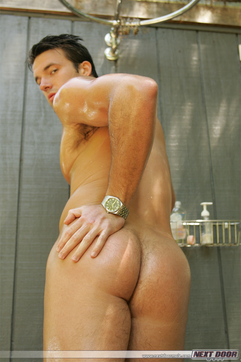Trystan Bull Jerks Off In Shower