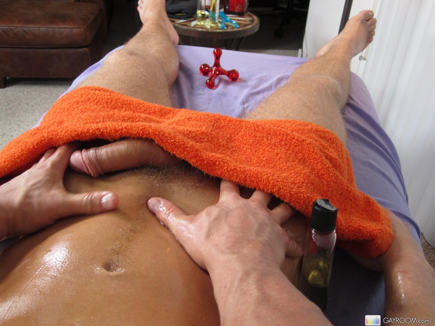 Секс по принуждению на массажном столе 1 фотография